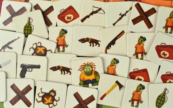 Карточки с монстрами и полезными вещами